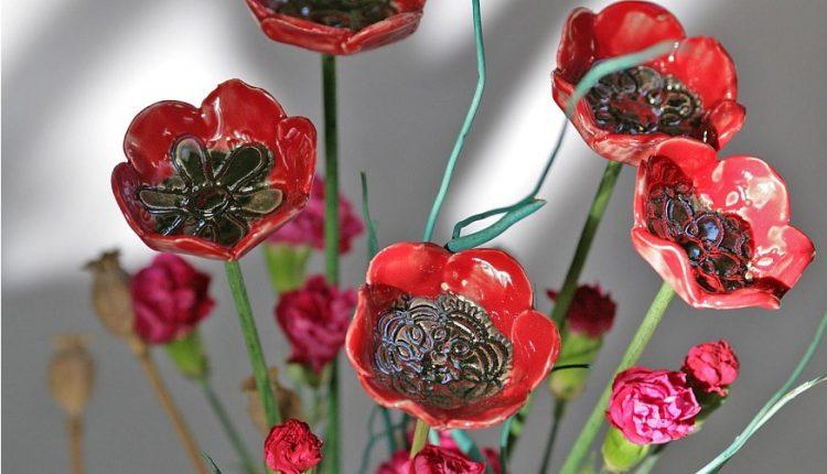 Ceramiczne kwiaty – drobiazgi do domu i ogrodu