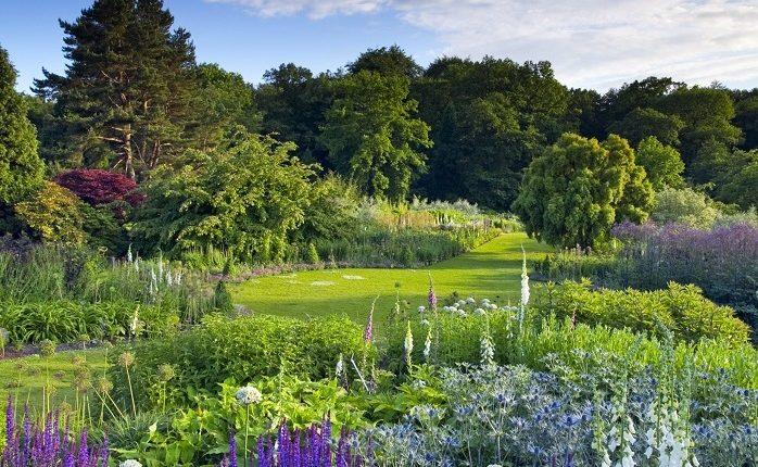 Angielski ogród zatopiony w naturze