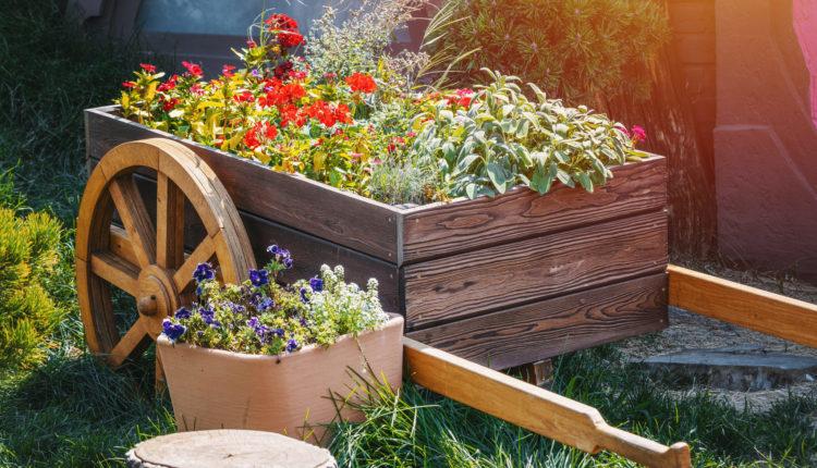 Renowacja drewnianych ozdób ogrodowych