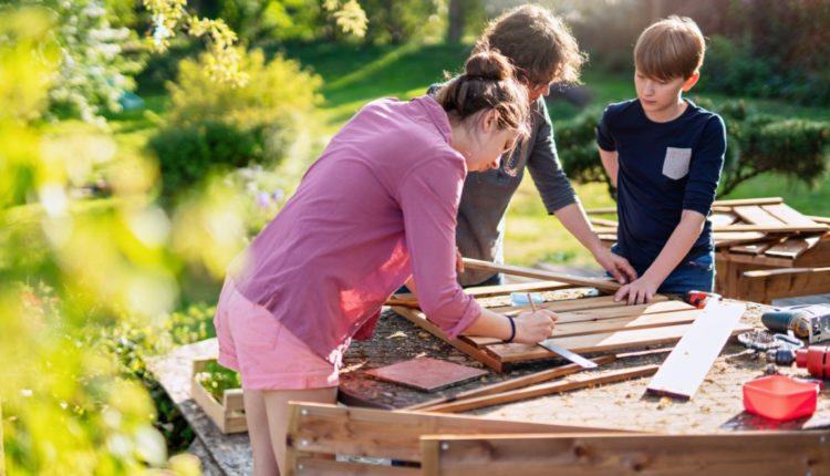 Akcesoria ogrodowe, które przydadzą się podczas jesiennych prac w ogrodzie