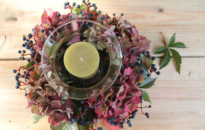 Jesienna kompozycja na stół z kwiatami hortensji