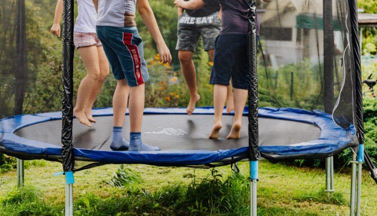 Trampoliny ogrodowe – efekty zdrowotne skakania na trampolinie