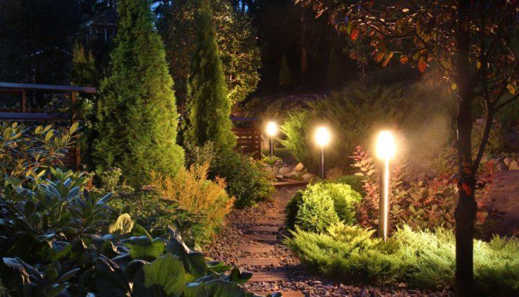 Dlaczego przy projektowaniu ogrodu warto wziąć pod uwagę dobrej jakości lampy ogrodowe?
